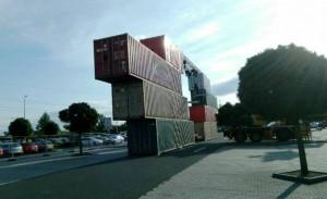 kontejnery jako stage na koncertě